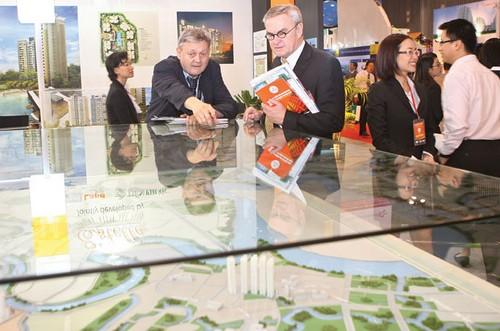 Khách nước ngoài tham quan dự án bất động sản