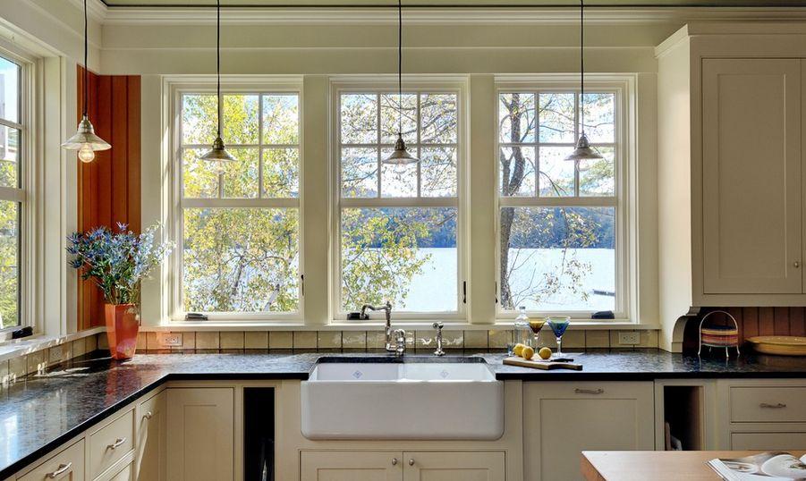 Chiều cao cửa sổ bếp phải từ bàn ăn trở lên hoặc ngang bồn rửa bát.