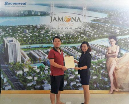 Khách hàng bốc thăm may mắn nhận quà tặng 100 triệu đồng khi giao dịch sản phẩm Jamona Golden Silk.