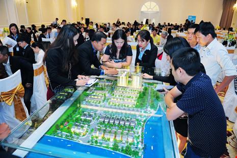Khách hàng tìm hiểu dự án Jamona Golden Silk trong sự kiện bán hàng.