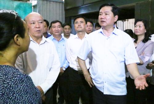 Bí thư Thành ủy Đinh La Thăng đi kiểm tra thực tế tại huyện Bình Chánh. Ảnh VnExpress.