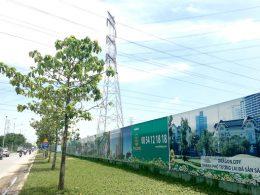 Đường điện cao thế chằng chịt tại đường Nguyễn Hữu Thọ nằm gần các dự án dân cư (ảnh SGGP).