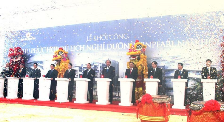Thủ tướng Nguyễn Xuân Phúc cùng các vị lãnh đạo địa phương tham dự lễ khởi công dự án Vinpearl Nam Hội An ngày 26/3/2017.