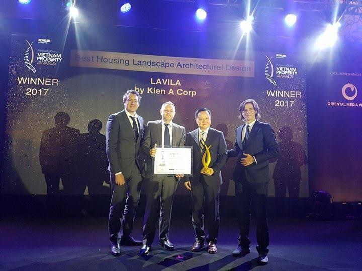 Đại diện tập đoàn Kiến Á nhận giải thưởng VietNam Property Awards 2017 cho hạng mục: Nhà ở có thiết kế kiến trúc cảnh quan tốt nhất.