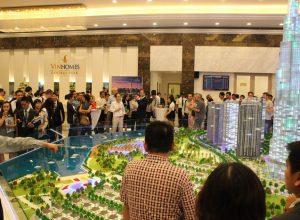 Đông đảo khách nước ngoài đến tham quan một dự án căn hộ cao cấp tại trung tâm thành phố.