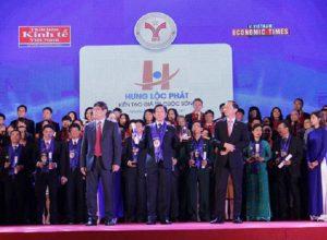 Đại diện công ty Hưng Lộc Phát nhận giải thưởng vinh dự Top 10 thương hiệu mạnh 2017.