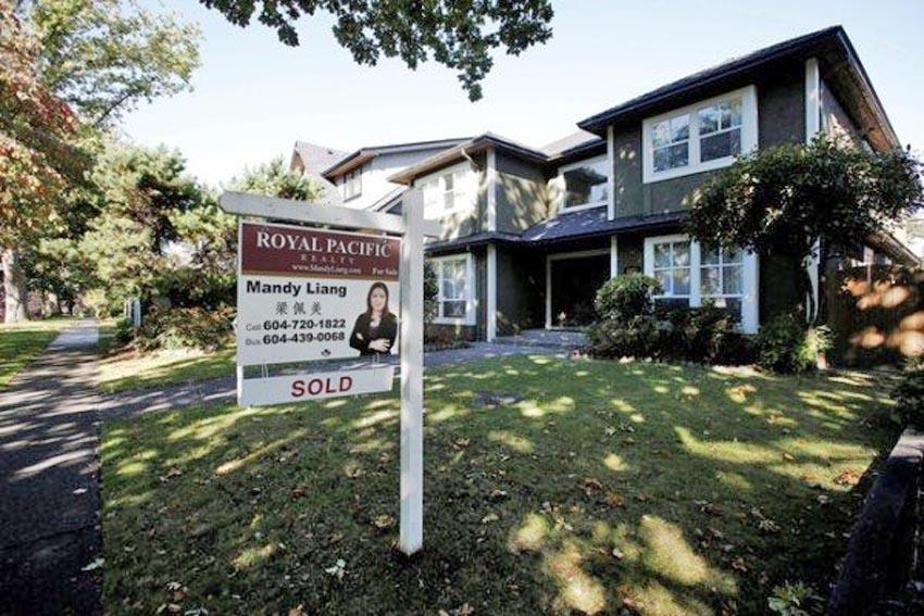 Một tấm biển rao bán nhà có kèm theo tiếng Hoa ở TP. Vancouver, Canada. Ảnh: Reuters.