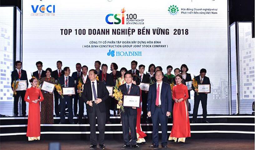 Ông Lê Viết Hải - CTHĐQT - TGĐ, đại diện CTCP Tập đoàn Xây dựng Hòa Bình nhận giải thưởng Doanh nghiệp Bền vững 2018.