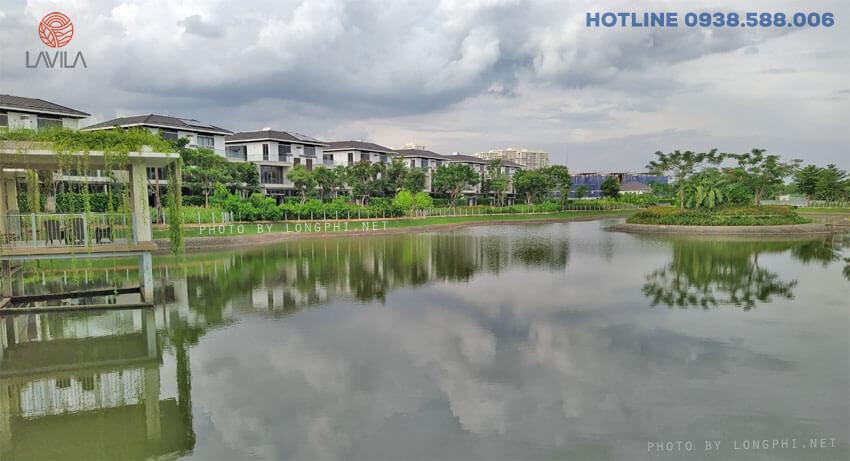 Tại Lavila cây xanh và mặt nước kết hợp hài hòa, độc đáo, mang đến không gian đáng sống cho cư dân. Ảnh thực tế một góc trong công viên hồ cảnh quan 4.3 hectares. Ảnh: LongPhi.net.